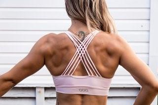 Gespierde rug van fitte vrouw