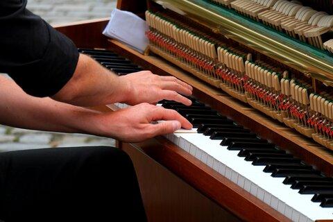 piano spelen, maar wat kost pianoles?
